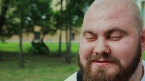 Бородатое сало холит в парке на солнечный день акции видеоматериалы