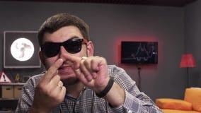 Бородатые смешные беседы человека брюнета и активно хлопают в совреме сток-видео