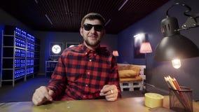 Бородатые смешные беседы человека и активно хлопают в комнате с загор видеоматериал
