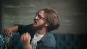 Бородатые танцы человека в смелости сток-видео