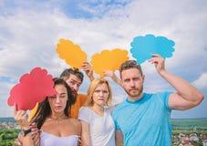 Бородатые человек и девушка с пузырями речи Концепция разнообразия Вопросы разнообразия Иметь собственное мнение Интересы разнооб стоковое изображение rf