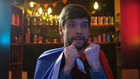 Бородатый вентилятор спорт с флагом спички Франции наблюдая в баре, осадил о поражении сток-видео