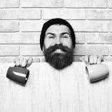 Бородатый зверский кавказский хипстер с листом и чашками бумаги стоковые изображения