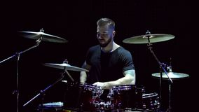 Бородатый зверский человек играет барабанчики на этапе акции видеоматериалы