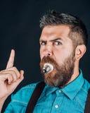 Бородатый зверский человек Мужчина с бородой человек Зрелый хипстер с бородой Зверский кавказский битник с усиком лучей стоковое фото rf