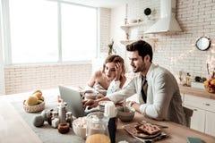 Бородатый красивый человек и его милая длинн-с волосами жена смотря фильм стоковое изображение rf