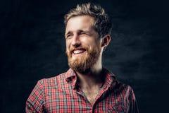 Бородатый мужчина одетый в красной рубашке ватки делает переговор стоковое фото
