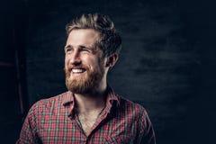 Бородатый мужчина одетый в красной рубашке ватки делает переговор стоковые фотографии rf