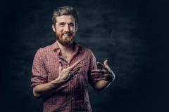 Бородатый мужчина одетый в красной рубашке ватки делает переговор стоковое фото rf