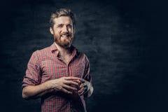 Бородатый мужчина одетый в красной рубашке ватки делает переговор стоковые изображения rf