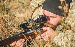 Бородатый охотник человека m Силы армии Камуфлирование Охотиться навыки и оборудование оружия Как поворот стоковые фото