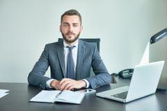 Бородатый предприниматель представляя для фотографии стоковое изображение rf