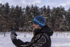Бородатый путешественник выпаданный из ускорения и взгляды на навигаторе GPS стоковые изображения rf