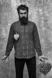 Бородатый серьезный человек с 2 сердцами Стоковое Изображение RF