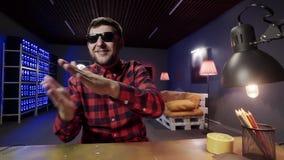 Бородатый смешной парень говорит и активно хлопает в комнате с загоре сток-видео