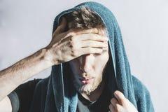 Бородатый спортсмен обтереть с падений пота от его стороны с полотенцем после трудной тренировки f стоковое изображение rf