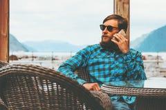 Бородатый человек говоря усаживанием бизнесмена концепции технологии успеха образа жизни smartphone современным Стоковое Фото