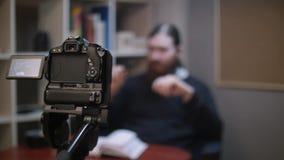 Бородатый человек делая видео- блог сток-видео