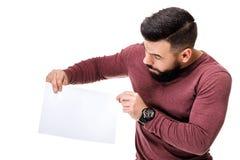 Бородатый человек держа белую карточку пусто стоковые изображения rf