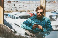 Бородатый человек используя усаживание бизнесмена концепции технологии успеха образа жизни smartphone современное Стоковое Фото