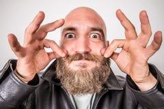 Бородатый человек который аранжирует его усик стоковое изображение