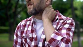 Бородатый человек массажируя шею, совместное воспаление, хребтовое заболевание, здоровье стоковое фото rf