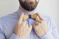 Бородатый человек регулирует связь Стоковое Фото