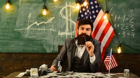 Бородатый человек с деньгами доллара для взятки схематическое здоровье дег изображения финансов экономии Патриотизм и свобода Пла стоковые фото