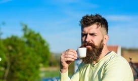 Бородатый человек с кружкой эспрессо, кофе пить принимать человека принципиальной схемы кофе пролома Человек с длинной бородой см Стоковая Фотография RF