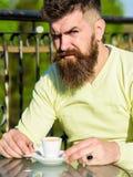 Бородатый человек с чашкой эспрессо, кофе пить принимать человека принципиальной схемы кофе пролома Человек с длинной бородой смо Стоковое Фото