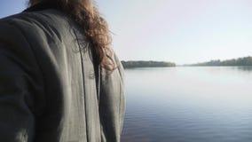 Бородатый человек удит на речном береге Рыбная ловля рыболова с рыболовной удочкой на реке Рыбная ловля реки видеоматериал