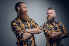 2 бородатых люд в желтой рубашке шотландки Стоковая Фотография RF