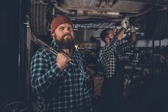2 бородатых механика в гараже Стоковая Фотография RF