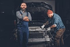 2 бородатых механика в гараже Стоковое Фото