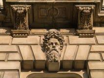 Бородатая голова высекаенная на здании классическ-стиля Стоковые Изображения