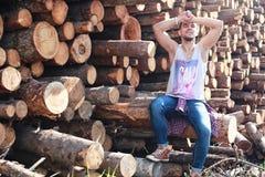 Бородатая персона около древесины кучи тимберса Стоковые Фото