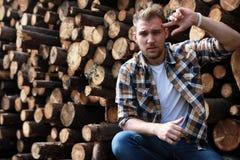 Бородатая персона около древесины кучи тимберса Стоковые Изображения