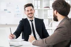 Бородатые бизнесмены обсуждая что-то Стоковое фото RF