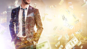 Бородатые бизнесмен, дождь денег и город Стоковые Изображения RF