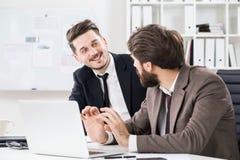 Бородатые люди обсуждая проект дела Стоковое Изображение RF