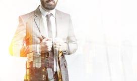 Бородатый бизнесмен в коричневом городе Стоковое Фото