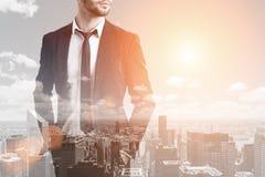 Бородатый бизнесмен и тонизированный город, Стоковые Фотографии RF