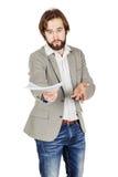 Бородатый бизнесмен протягивая вне документы и смотря кулачок Стоковое Изображение