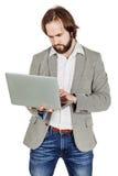 Бородатый бизнесмен с портативным компьютером человеческая эмоция срочная Стоковое Изображение RF