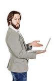 Бородатый бизнесмен с портативным компьютером человеческая эмоция срочная Стоковое Фото