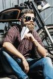 Бородатый велосипедист битника человека Стоковые Фотографии RF