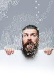 Бородатый вспугнутый человек с бумагой и аквариумом стоковая фотография