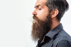 Бородатый курить человека моды Стоковое фото RF
