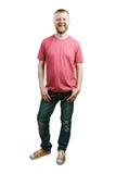 Бородатый молодой человек в футболке и джинсах стоковая фотография rf
