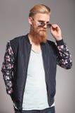 Бородатый молодой человек рассматривает стекла Стоковые Фотографии RF